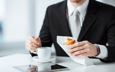 Przyszły pracodawca zaprasza cię na śniadanie? Miej się na baczności!